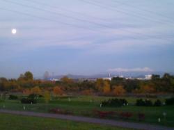 夕暮れ、大雪山と月が一緒に(*^_^*)