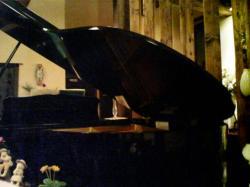 小さなグランドピアノがお店の中央に♪