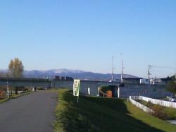 今朝は近郊の山が白くなっていました