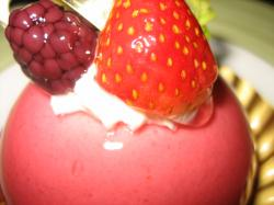 ピンクが丸くかわいいケーキ