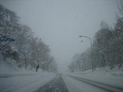 吹雪の春光台高専坂