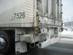 トラックの後ろには巻き上がった雪