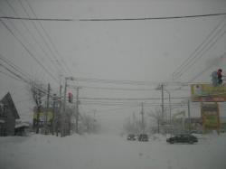 朝から吹雪の旭川市内(末広4条1丁目付近)