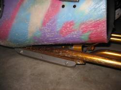 下にスケートの刃が2枚ついています