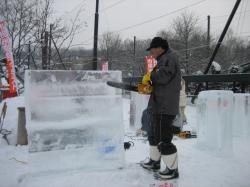 チェンソーで氷を削っていきます