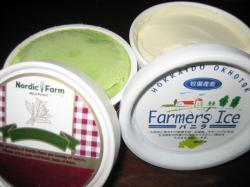 左は生乳アイス(抹茶)、右はファーマーズアイス