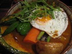 野菜に目玉焼きとポークをトッピング
