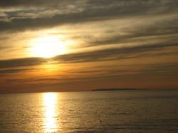 日本海の夕陽 海に映ってきれいです(*^_^*)