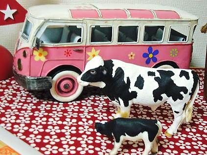 ピンクバスと牛