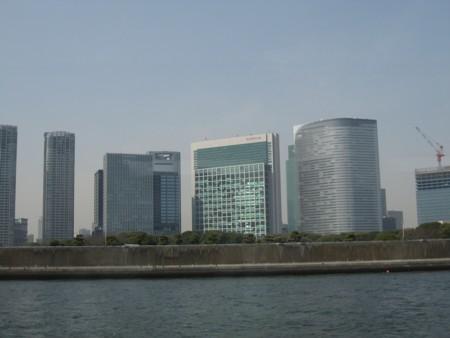 隅田川から眺める汐留の高層ビル