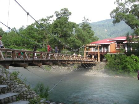 朝の梓川と河童橋