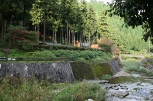 キャンプ場と滝川