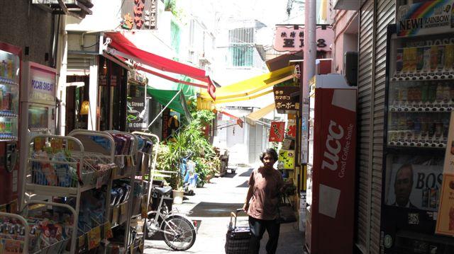 沖縄裏通りと肉屋-1
