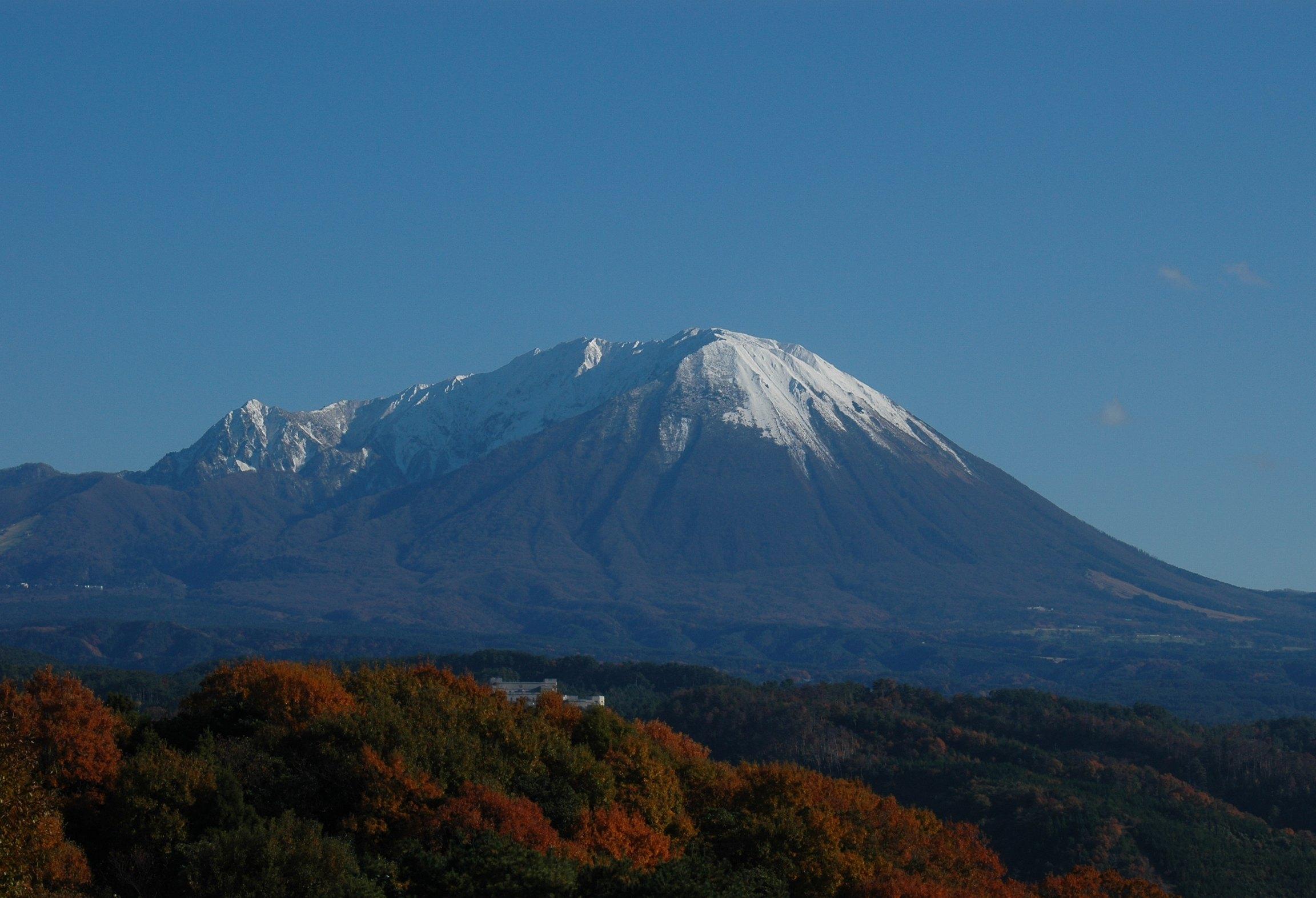 山頂に雪を残す伯耆富士大山