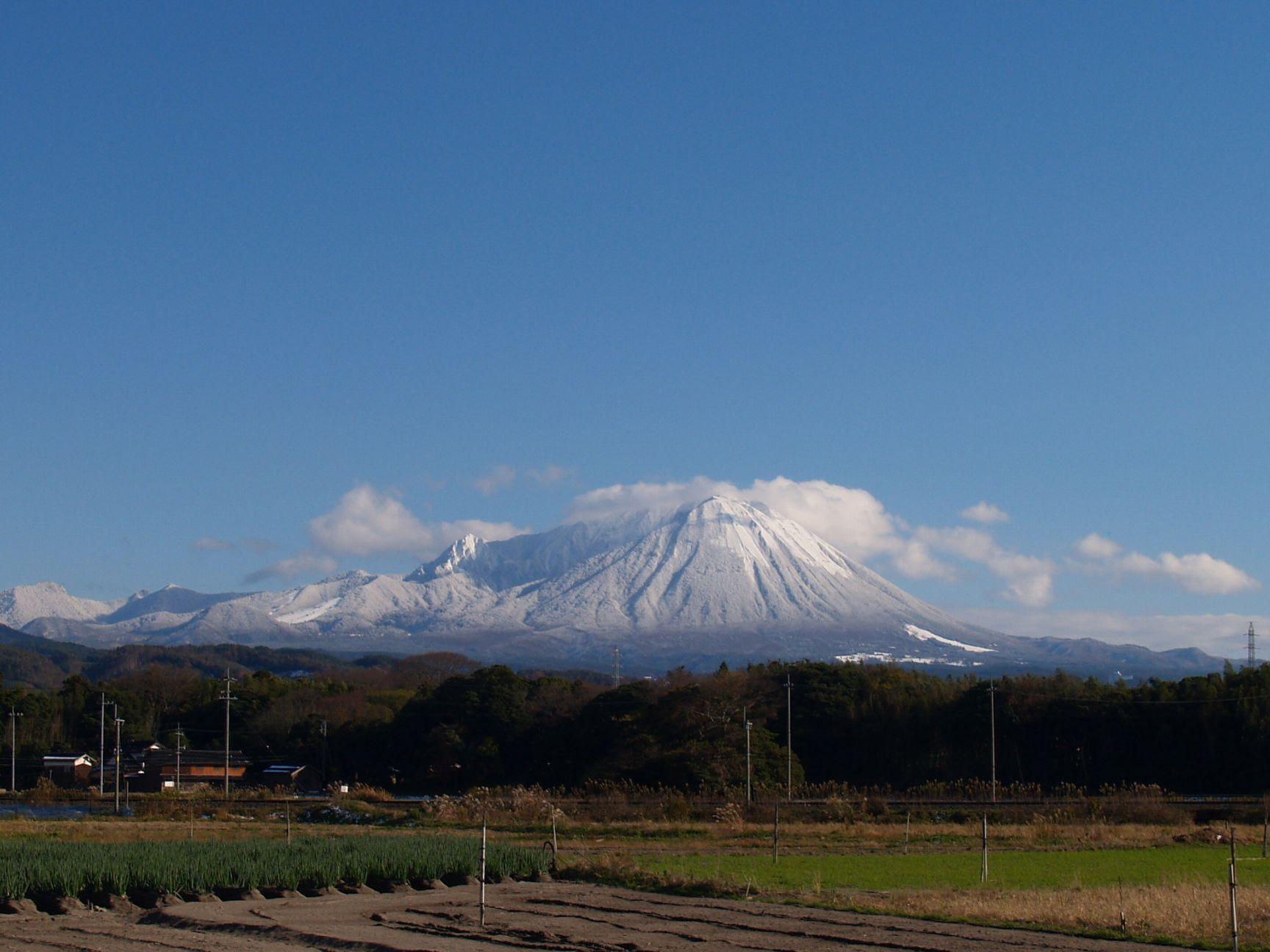 雪を纏う大山の連なり