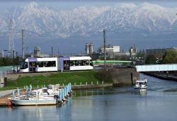 岩瀬運河を渡るLRT(競輪場前~岩瀬浜間にて)