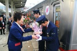 乗務員への花束贈呈(2006.12.16)