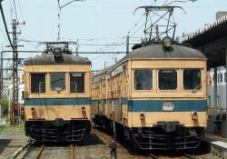 福井新で留置中の122F(左)と並ぶ141F