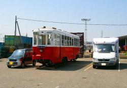 駐車場で車と並ぶモ562