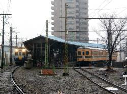 田原町駅にて(左:えちぜん鉄道2200形)