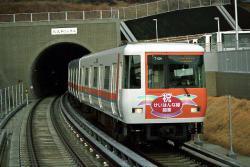 学研北生駒駅に進入する7000系