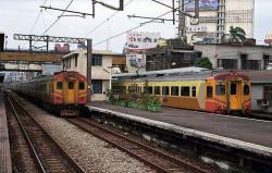 EMU300系(右)と並ぶEMU100系(彰化駅にて)