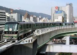 三宮駅を発車する2000系