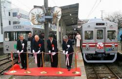 水間駅での出発式テープカット(2006.12.16)