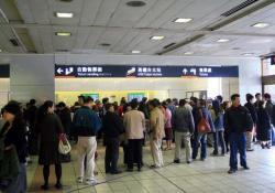 台北駅きっぷうりばに並ぶ人々(2007.1.2)