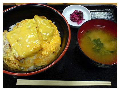 富士そばのチーズカツ丼、510円