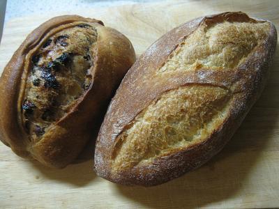 カレンツパン200円・右のパンは150円