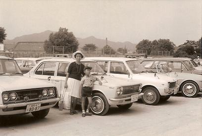 初代カローラでの家族旅行~母と私(昭和44,5年頃)