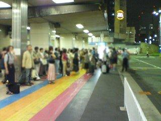 金曜夜の東京駅八重洲南口:夜行バス乗車待ちの人波