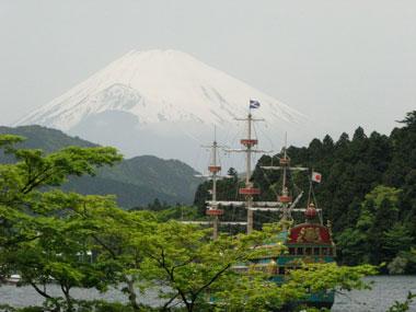 芦ノ湖と海賊船