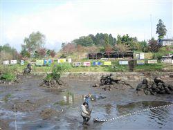 水を抜いた釣り堀