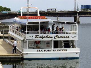 ドルフィンクルーズ船