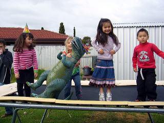 恐竜とトランポリン