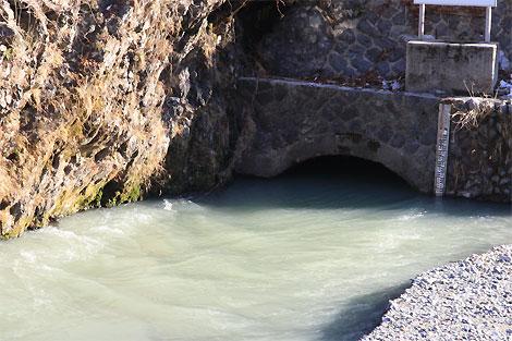 白丸ダム上放水口アップ