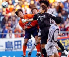 03 Dec 05 - Daisuke Tomita puts the Marinos defence under pressure