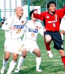 08 Mar 06 - Yukio Tsuchiya competes with Arte Takasaki midfielder Masamichi Yamada