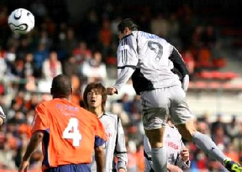 10 Apr 06 - Kubo climbs above the Squirrels defence to equalise