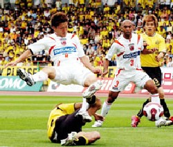 11 Jun 07 - Kota Yoshihara goes for goal, with Leandro in attendance