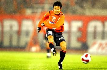 12 Apr 07 - Yoshiyuki bangs it in against the Marinos