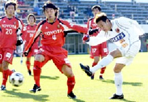 12 Dec 05 - Naoto Sakurai goes close early in the second half