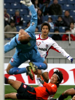 12 Mar 07 - The second FC Tokyo goal goes in past Aratani