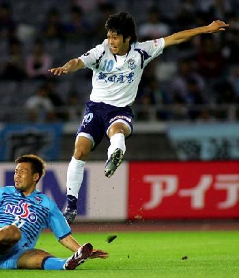17 Jun 07 - Jubilo's Sho Naruoka goes for goal against Yokohama FC