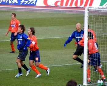 17 May 2007 - Masashi Oguro battles with Seiichiro Okuno in Ardija's March 2005 J1 debut