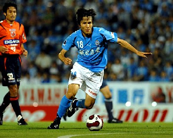 20 Jun 07 - Get him, Yoshiyuki! Ryoichi Maeda rips through the Omiya defence unhindered