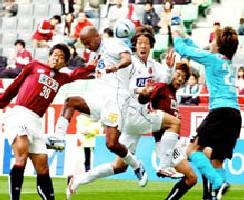 21 Nov 05 - Joint-top scorer Toninho gets in among the Kobe defence
