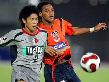 22 Aug 07 - Atsuto Uchida and Denis Marques fight for possession